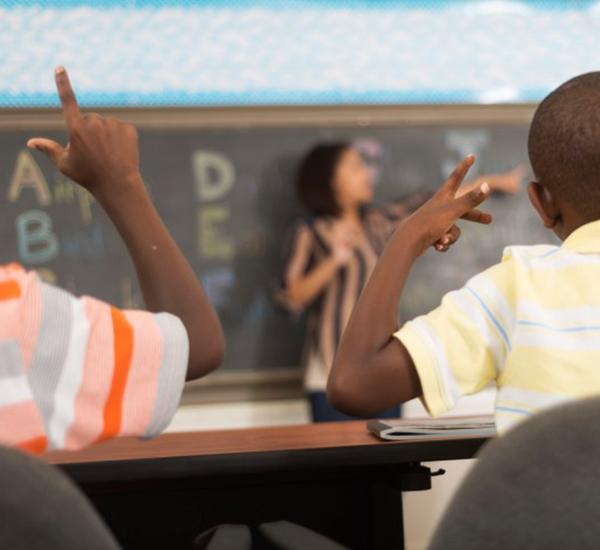 Educação para surdos: faltam recursos e capacitação